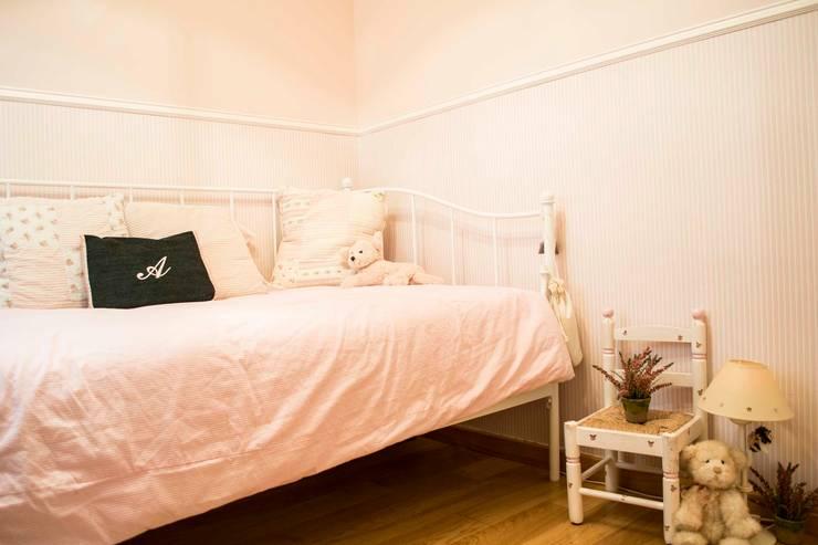 Dormitorio Infantil Molins de Rei: Dormitorios infantiles de estilo  de muxo Studio