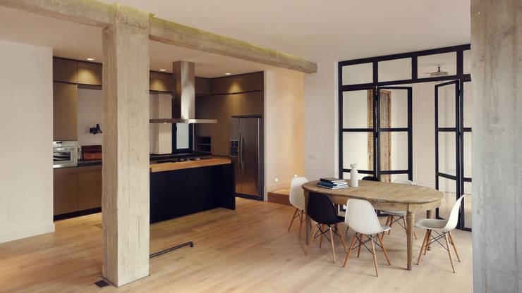 Vista de cocina comedor: Cocinas de estilo moderno de B-mice Design + Architecture