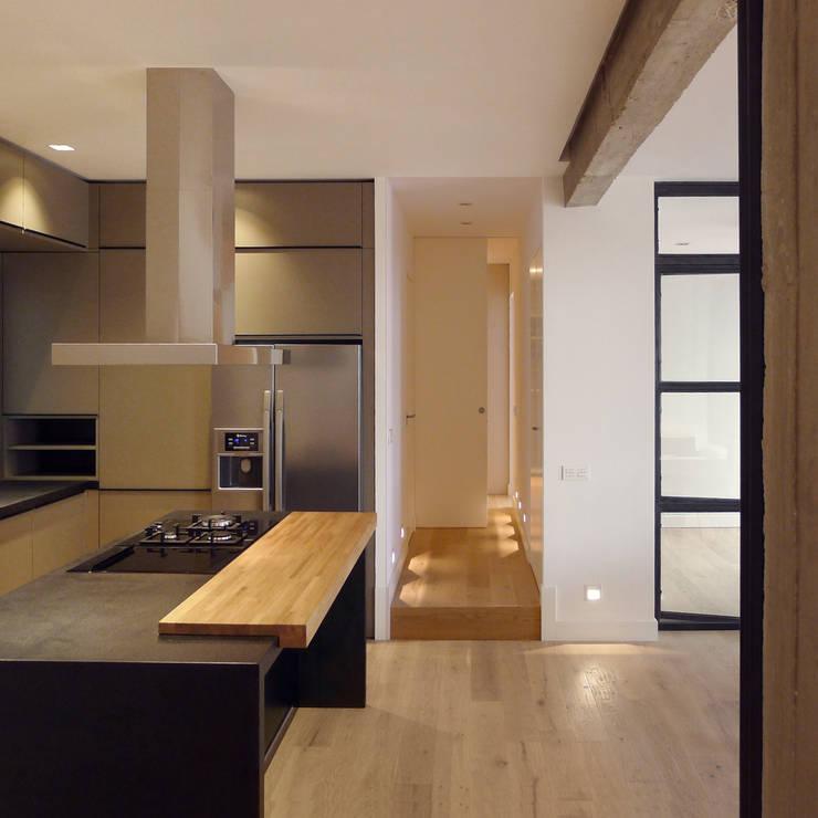 Perspectiva cocina: Cocinas de estilo moderno de B-mice Design + Architecture