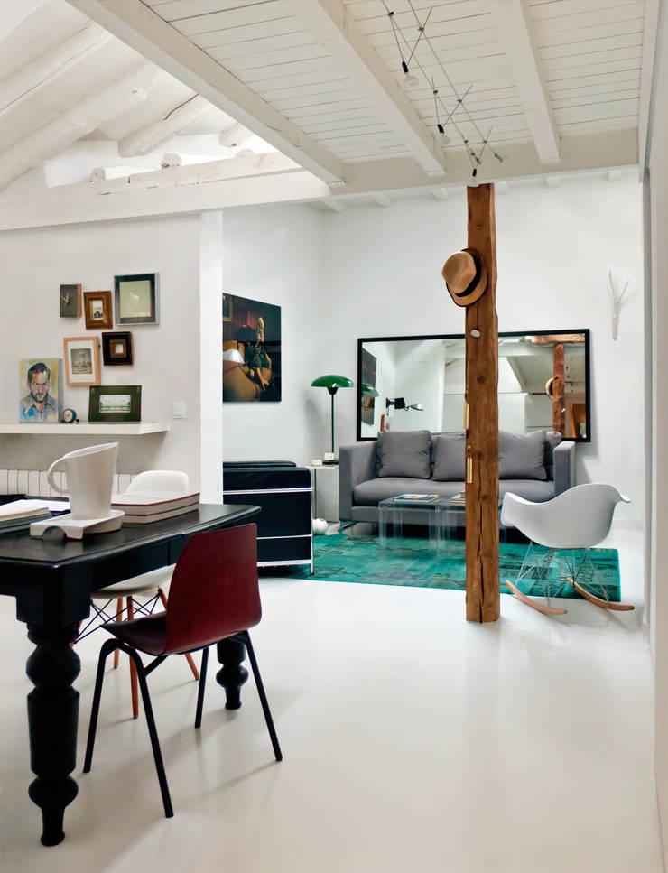 Espacio de estar abierto: Salones de estilo  de B-mice Design + Architecture
