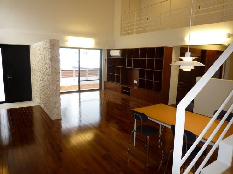 石壁の家: プラソ建築設計事務所が手掛けたリビングです。