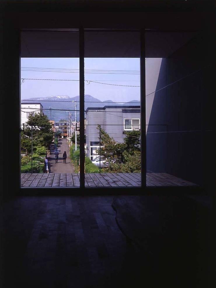 途上の家: 畠中 秀幸 × スタジオ・シンフォニカ有限会社が手掛けたテラス・ベランダです。
