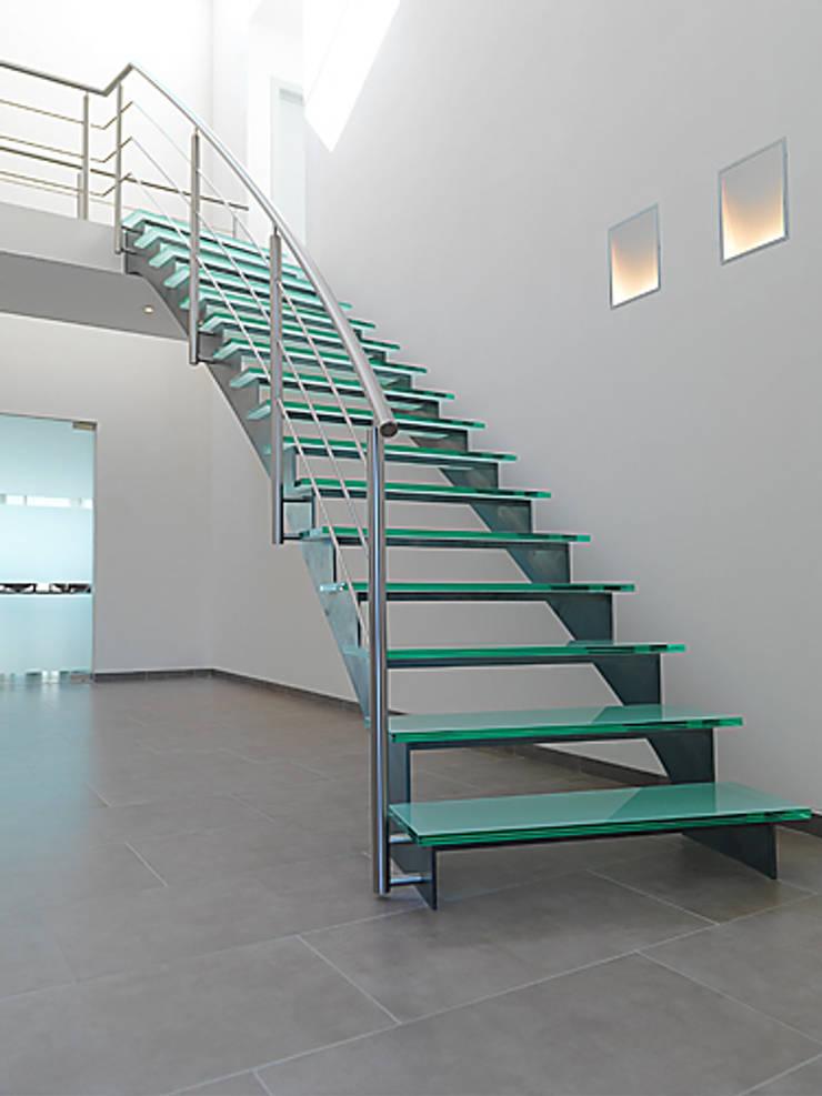 Gebogen trap uit natuurlijk blauw staal met glazen treden: modern  door YBIS, Modern