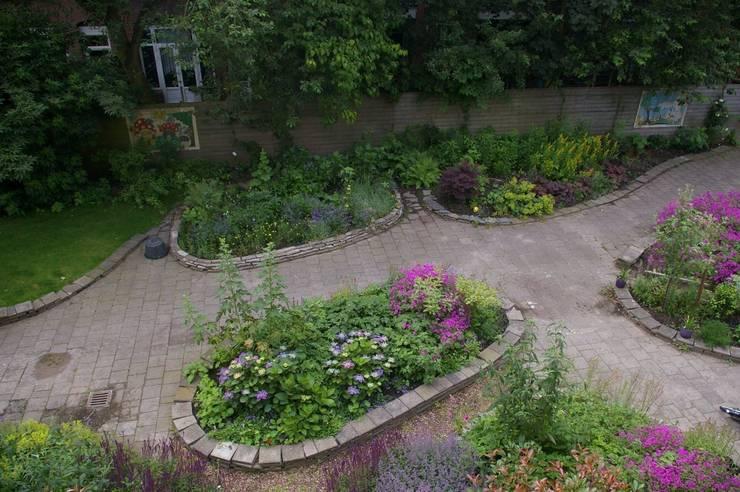 Tuin gezien van dakterras:  Tuin door Gunneweg & Burg, Klassiek