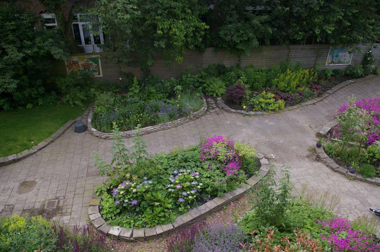 Tuin gezien van dakterras:  Tuin door Gunneweg & Burg