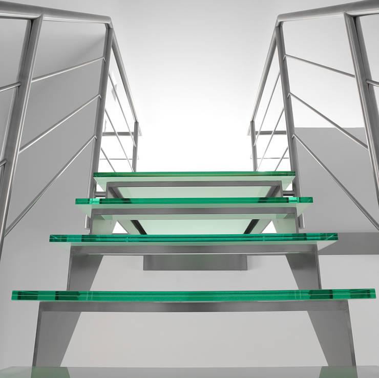 Inox trap met glazen treden en bordessen:  Gang, hal & trappenhuis door YBIS