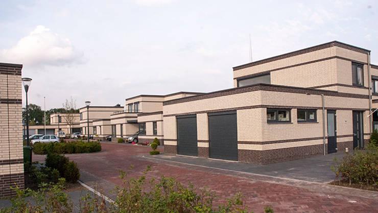 Entree van het hof:  Huizen door Gunneweg & Burg, Modern