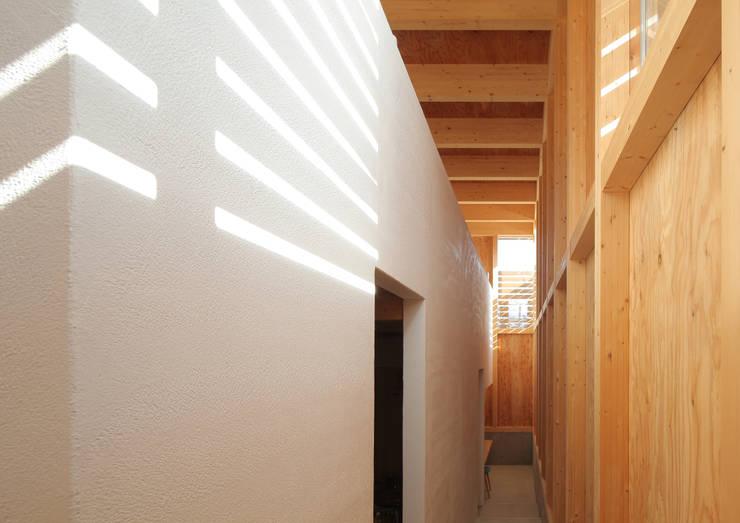 ミニマリストの家: 畠中 秀幸 × スタジオ・シンフォニカ有限会社が手掛けた廊下 & 玄関です。