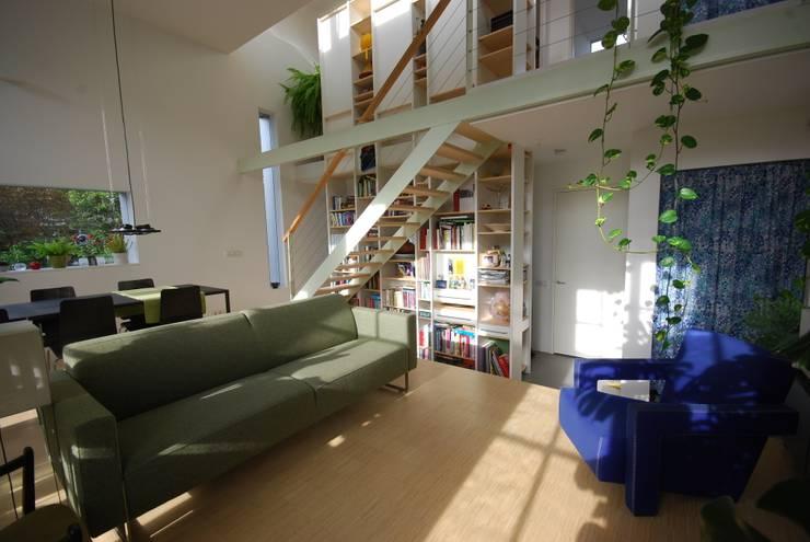 Woonkamer bovenwoning:  Woonkamer door Gunneweg & Burg, Modern