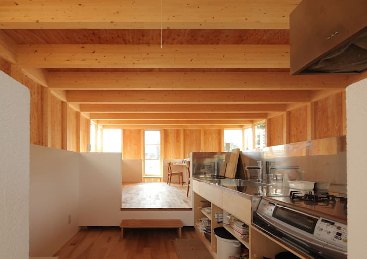 ミニマリストの家: 畠中 秀幸 × スタジオ・シンフォニカ有限会社が手掛けたキッチンです。