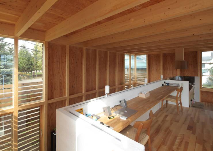 ミニマリストの家: 畠中 秀幸 × スタジオ・シンフォニカ有限会社が手掛けた和室です。