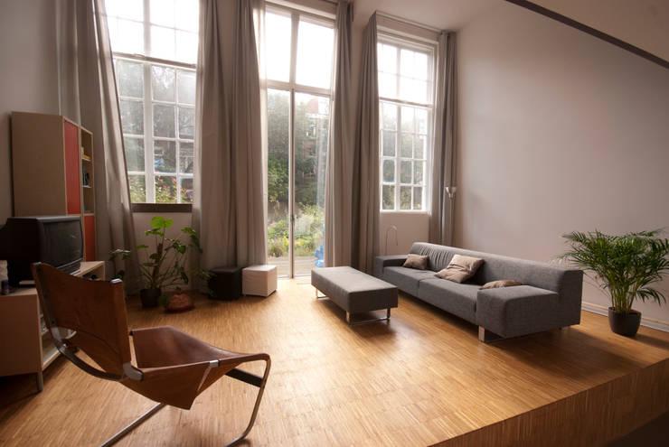 Woonkamer met tuindeuren benedenwoning:  Woonkamer door Gunneweg & Burg, Modern