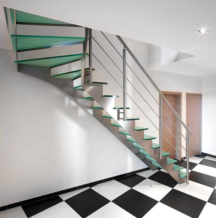 Inox trap met verdreven glazen treden: modern  door YBIS, Modern