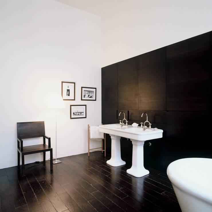 Loft martel: Salle de bains de style  par Antonio Virga Architecte