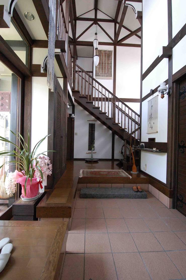 玄関ホール(和室から階段方向をみる) カントリースタイルの 玄関&廊下&階段 の 株式会社 央建築設計事務所 カントリー