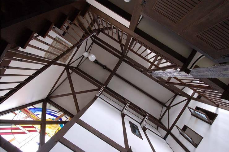 玄関ホールの天井 カントリースタイルの 玄関&廊下&階段 の 株式会社 央建築設計事務所 カントリー
