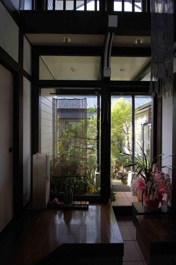 玄関ホールから中庭へ カントリーな 庭 の 株式会社 央建築設計事務所 カントリー