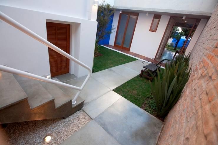 Sobrado 1939: Jardins  por Ana Sawaia Arquitetura