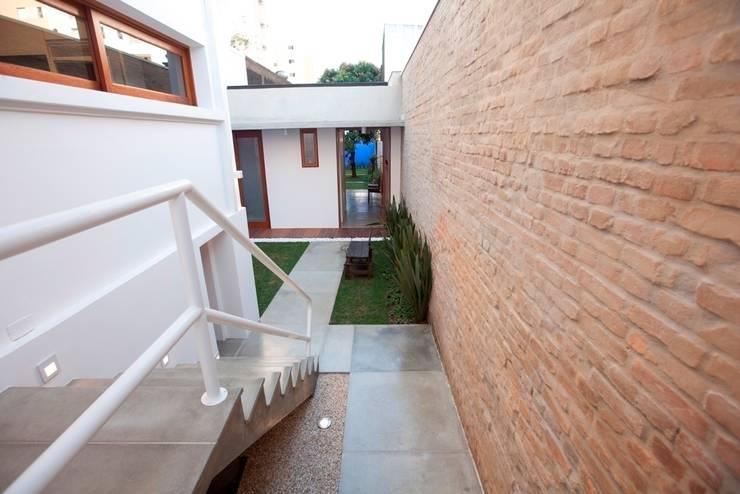 Jardines de estilo  por Ana Sawaia Arquitetura