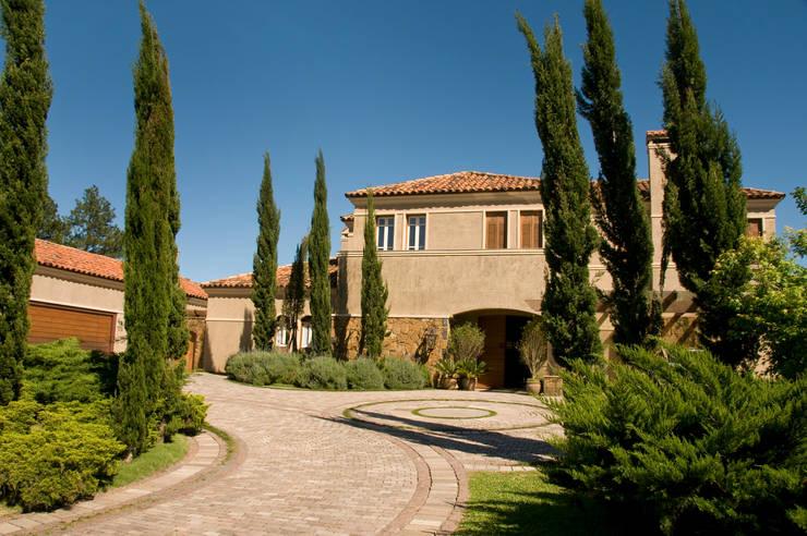 Residência MCK: Jardins  por Tellini Vontobel Arquitetura