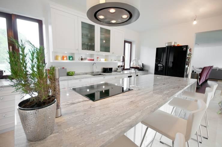 Aranżacja kuchni z blatem z naturalnego kamienia: styl , w kategorii Kuchnia zaprojektowany przez GRANMAR Borowa Góra - granit, marmur, konglomerat kwarcowy