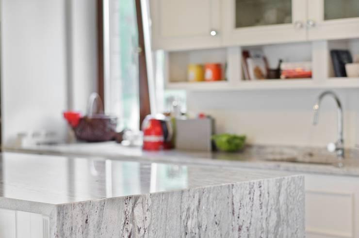 Faza i łączenie blatu z granitu pod kątem 45°: styl , w kategorii Kuchnia zaprojektowany przez GRANMAR Borowa Góra - granit, marmur, konglomerat kwarcowy