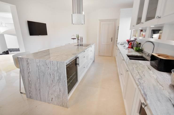 Granit - blat kuchenny, Marmur - posadzka: styl , w kategorii Kuchnia zaprojektowany przez GRANMAR Borowa Góra - granit, marmur, konglomerat kwarcowy