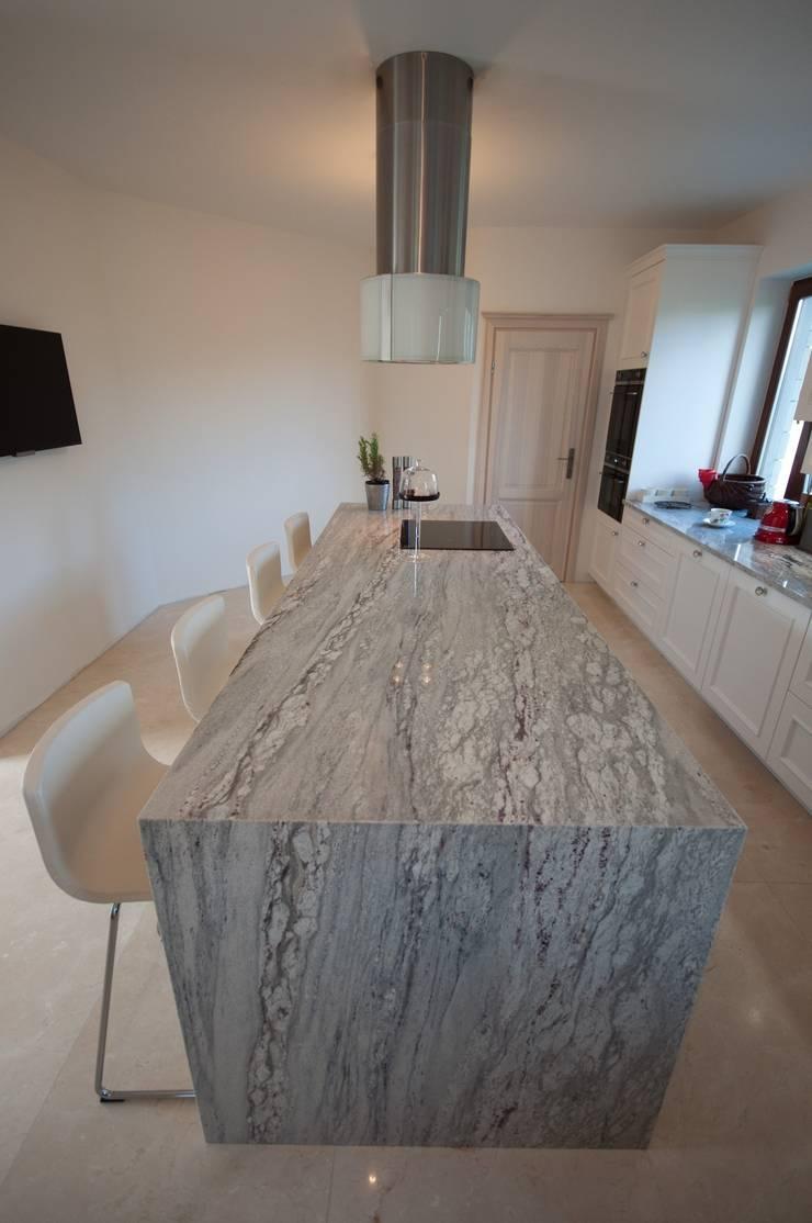 Wyspa kuchenna z naturalnego granitu Glacier White: styl , w kategorii Kuchnia zaprojektowany przez GRANMAR Borowa Góra - granit, marmur, konglomerat kwarcowy