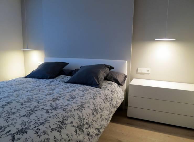 Apartamento en la ciudad: Dormitorios de estilo  de Estudio Pas