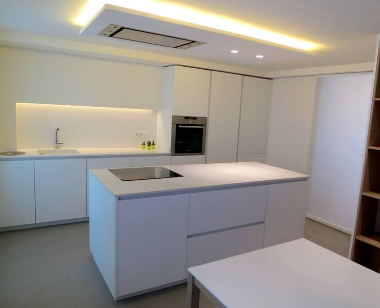 Apartamento en la ciudad: Cocinas de estilo  de Estudio Pas