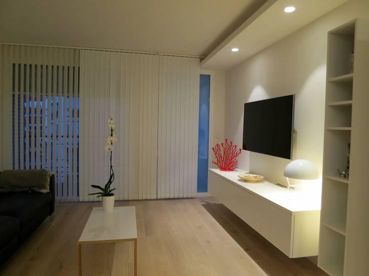 Apartamento en la ciudad: Salones de estilo  de Estudio Pas