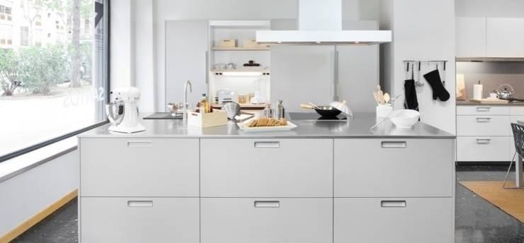 Cocina con Isla: Cocina de estilo  de Traç Cuines SL