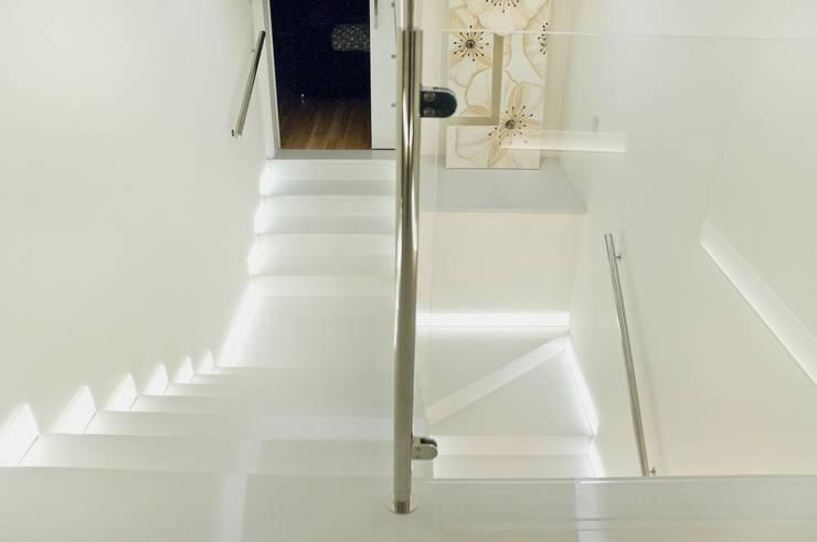 Konglomerat marmurowy Santamargherita na schodach wewnętrznych : styl , w kategorii Korytarz, przedpokój zaprojektowany przez GRANMAR Borowa Góra - granit, marmur, konglomerat kwarcowy,