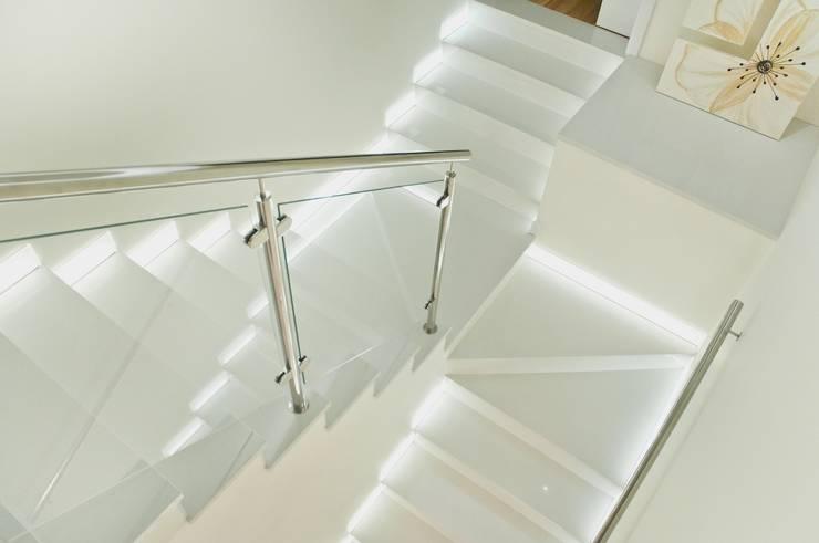 Bianco Neve konglomerat marmurowy Santamargherita: styl , w kategorii Korytarz, przedpokój zaprojektowany przez GRANMAR Borowa Góra - granit, marmur, konglomerat kwarcowy