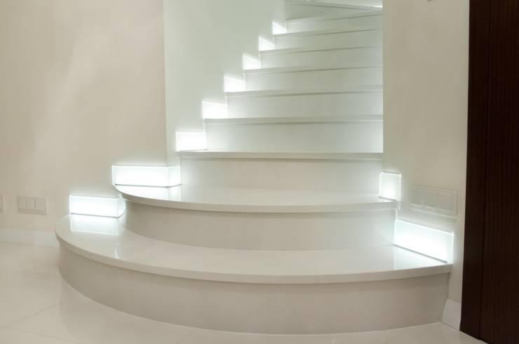 Schody do domu z konglomeratu marmurowego: styl , w kategorii Korytarz, przedpokój zaprojektowany przez GRANMAR Borowa Góra - granit, marmur, konglomerat kwarcowy,