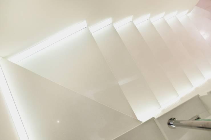 Schody z konglomeratu marmurowego Bianco Neve : styl , w kategorii Korytarz, przedpokój zaprojektowany przez GRANMAR Borowa Góra - granit, marmur, konglomerat kwarcowy,