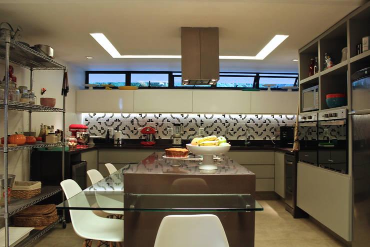 Cozinha com Ilha: Cozinhas  por Vmf Arquitetos,Moderno