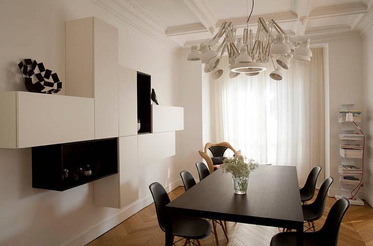Haussmanien et Design : Salle à manger de style de style Minimaliste par ATELIER FB