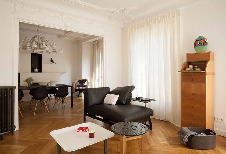 Haussmanien et Design : Salon de style de style Moderne par ATELIER FB