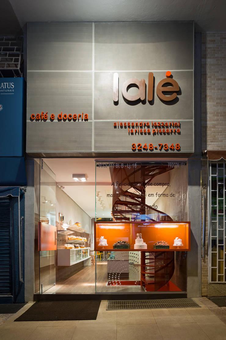 Fachada com a vitrine incorporada: Lojas e imóveis comerciais  por Vmf Arquitetos