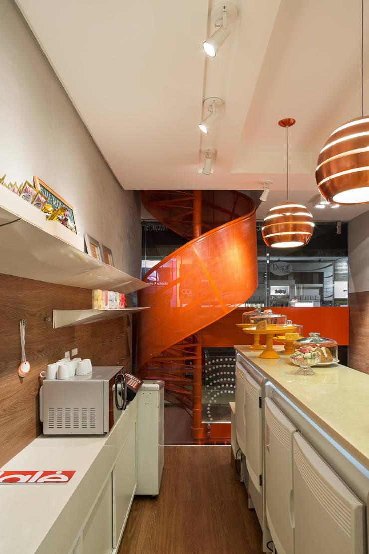 Vista da escada em espiral: Lojas e imóveis comerciais  por Vmf Arquitetos