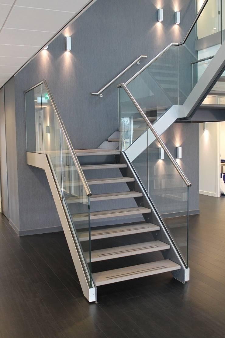 Vooraanzicht trappenhuis Kantoor Hendriksen Tubbergen:  Kantoorgebouwen door Draw2design, Industrieel