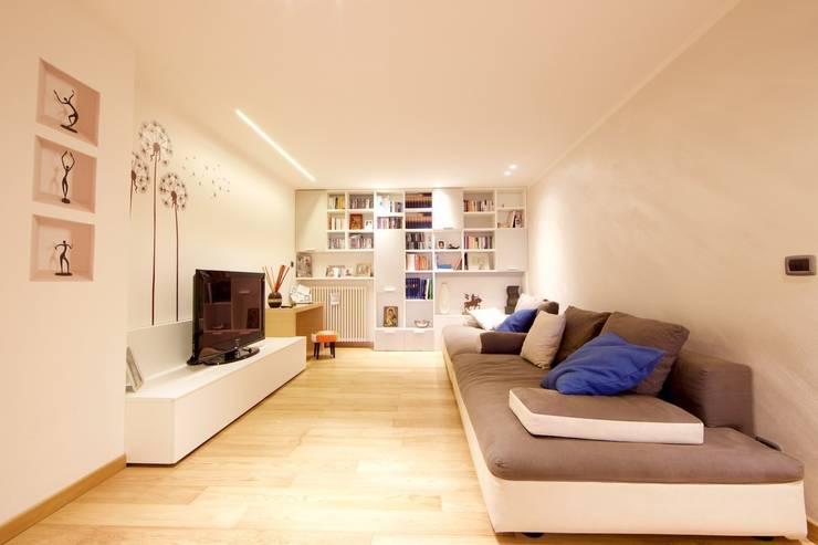 Salones de estilo moderno de Modularis Progettazione e Arredo