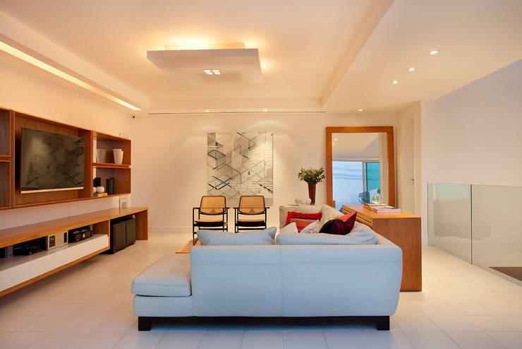 Cobertura Vista, Barra da Tijuca, Rio de Janeiro: Sala de estar  por Paula Neder Arquitetos Associados / Studio PN