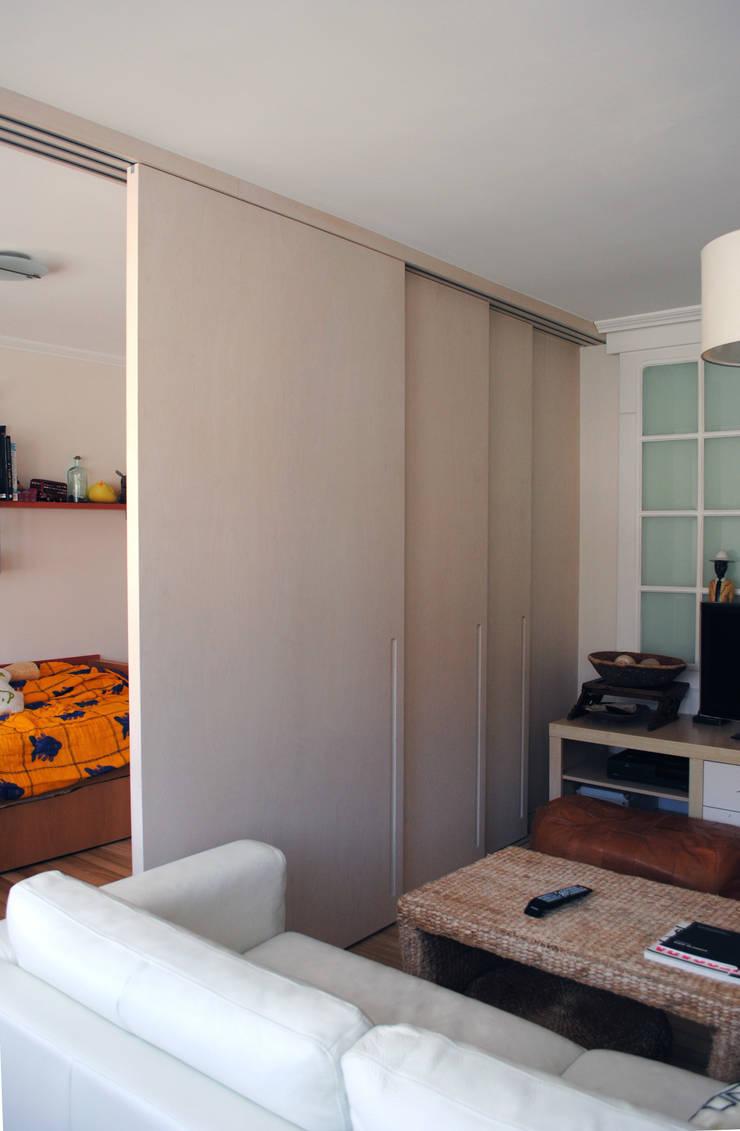 Puertas correderas: Salones de estilo  de Estudo de Arquitectura Denís Gándara