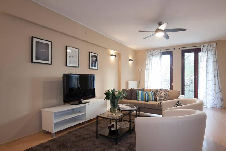 Salon po zmianie: styl , w kategorii  zaprojektowany przez Home Staging Studio AP