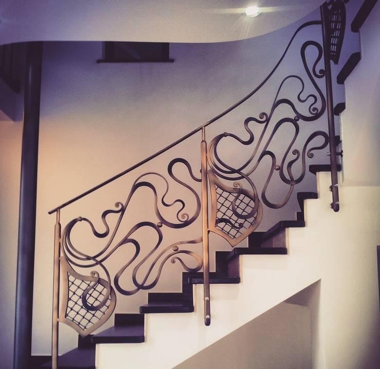 Vestíbulos, pasillos y escaleras de estilo  por Maison Noblesse