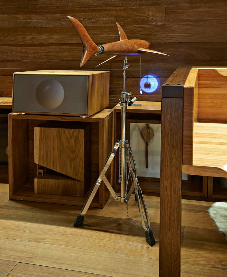Pocket House: Salas de estar  por Cristina Menezes Arquitetura