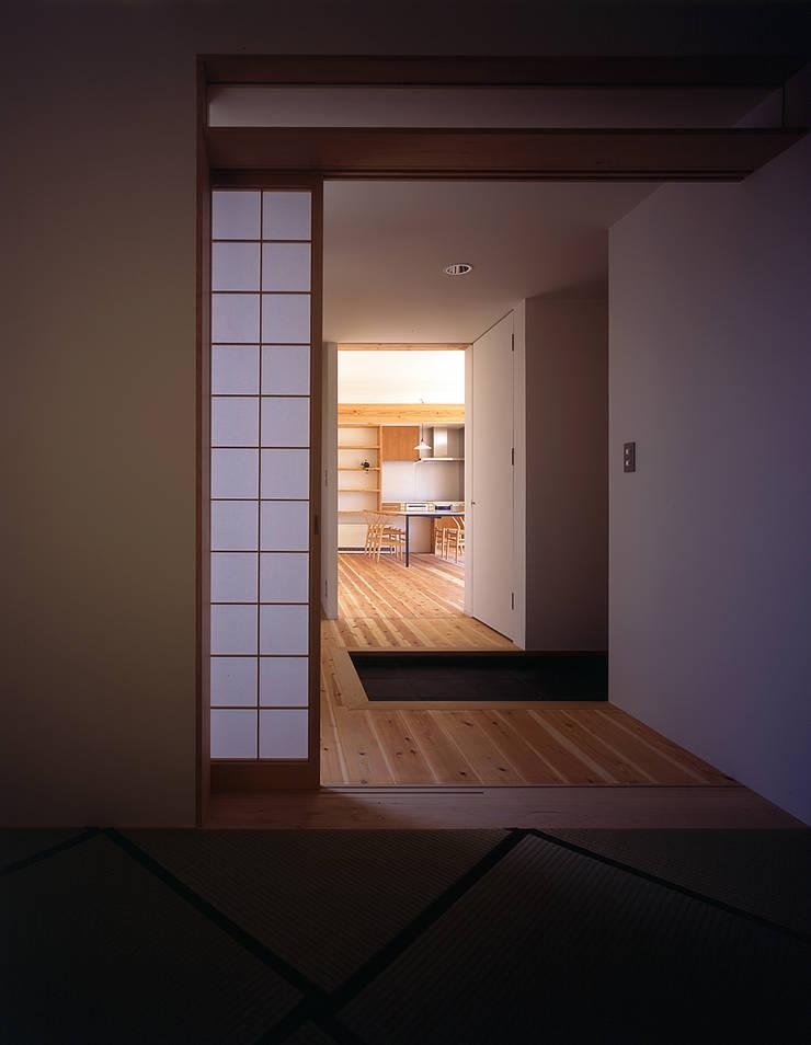 ¬(サシガネの家): 岩本賀伴建築設計事務所が手掛けた廊下 & 玄関です。