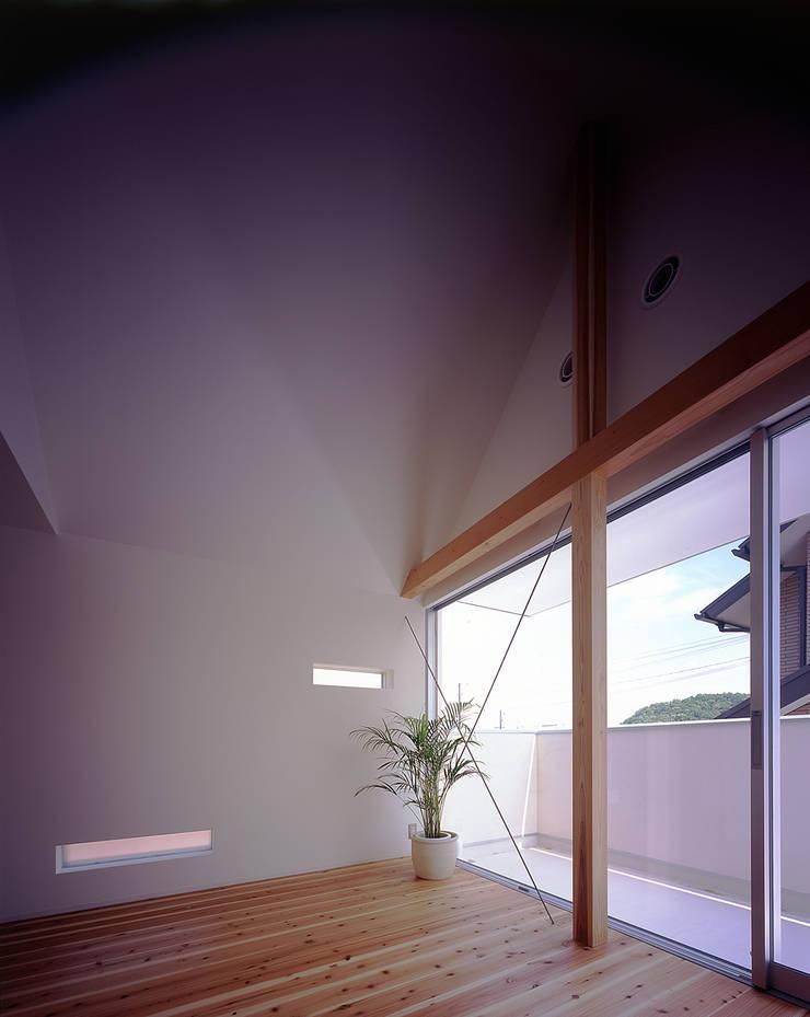 ¬(サシガネの家): 岩本賀伴建築設計事務所が手掛けた寝室です。